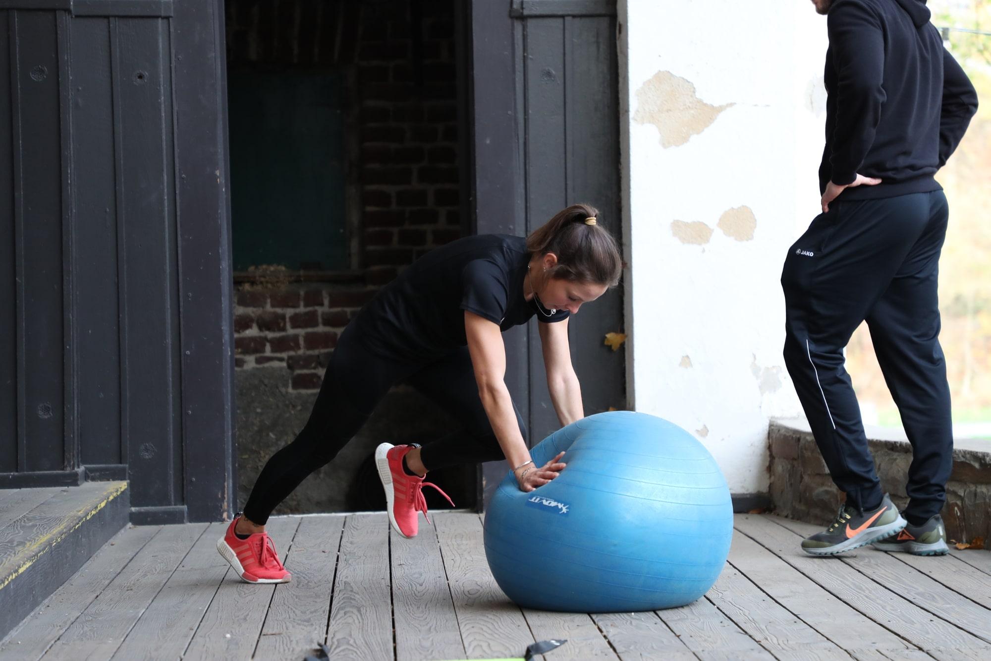 Frau mit Ball